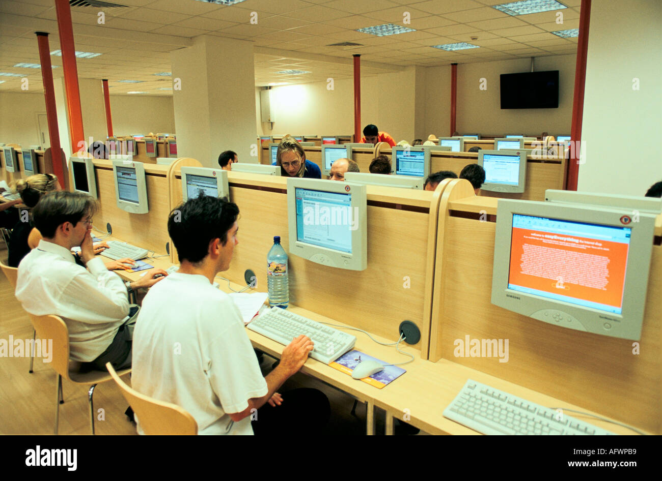 EASYEVERYTHING [INTERNET CAFE] LONDON UK THERE ARE 400 TERMINALS AVAILABLE FOR USE AT VICTORIA  LONDON 1990s HOMER SYKES - Stock Image