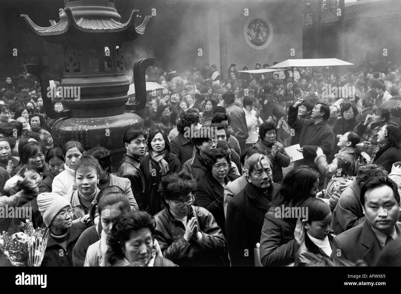 Jade Buddha Temple  Shanghai China.  Chinese people praying Buddhists saying prayers 2000s. HOMER SYKES Stock Photo