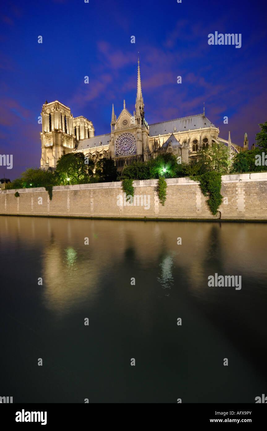 Notre Dame de Paris at Night with Mirror Image in the Seine Notre Dame de Paris la nuit avec réflexion dans - Stock Image