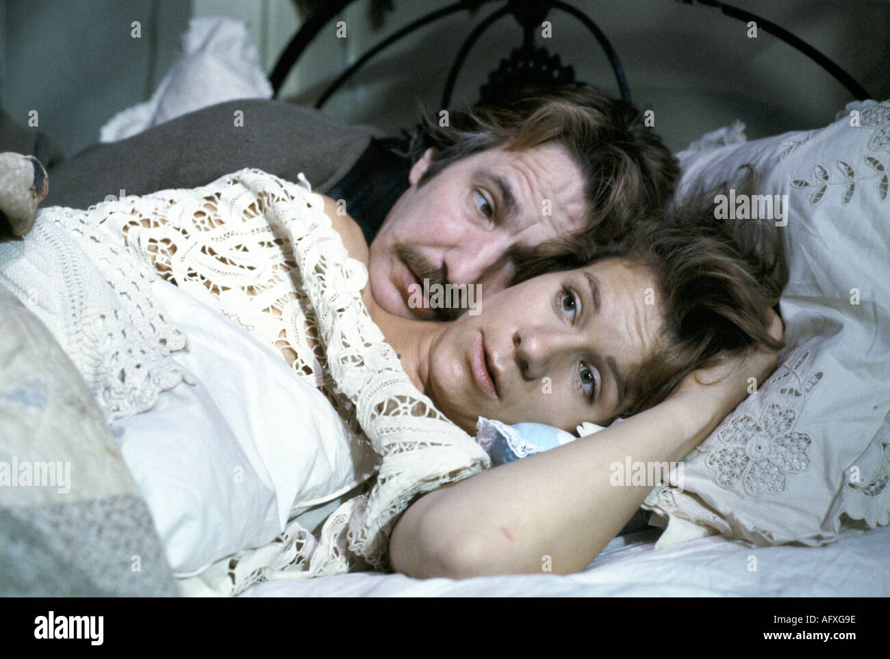 Alan Rickman Juliet Stevenson British actor actress in bed on film set of Truly Madly Deeply. 1991 HOMER SYKES - Stock Image