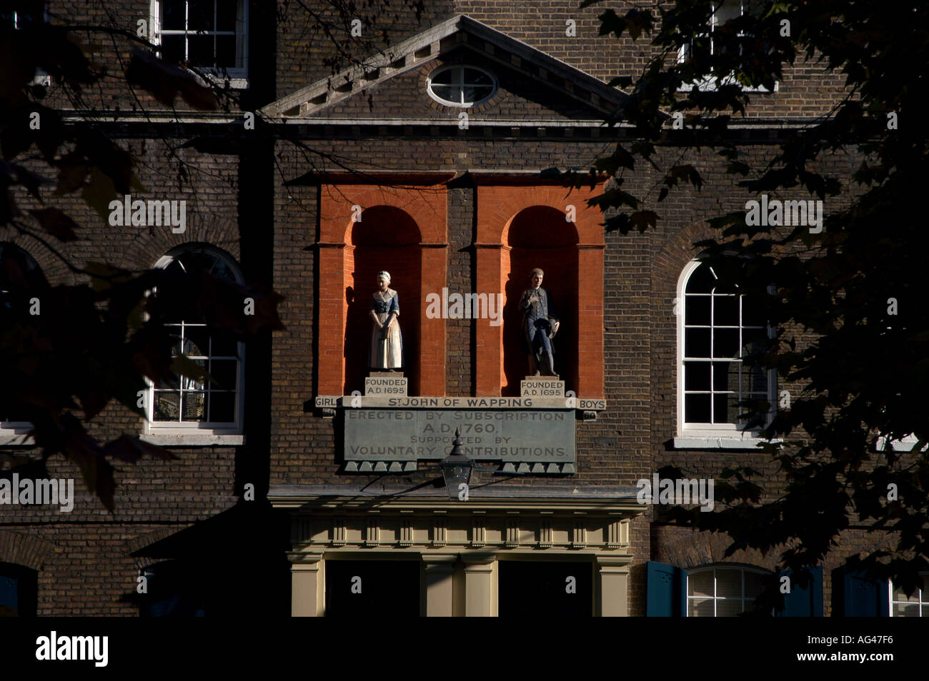 HISTORY ST JOHN SCHHOL OLD 1695 FOUNDED EDUCATION STATUES REFORM BOY GIRL WAPPING - Stock Image