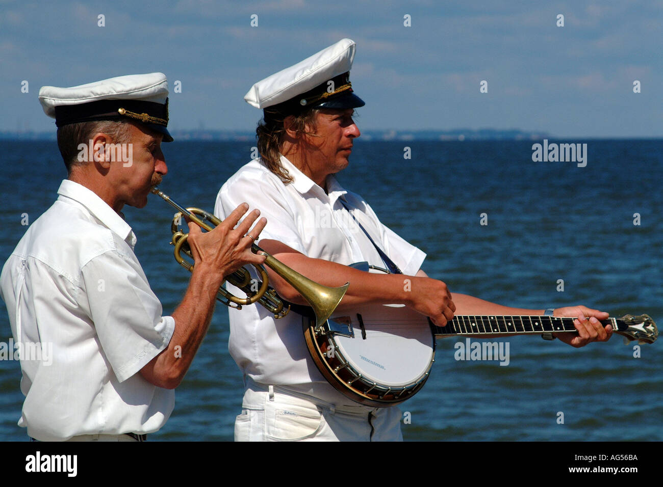 Buskers Play in Peterhof Park Nr St Petersburg Russian Federation Gulf of Finland - Stock Image