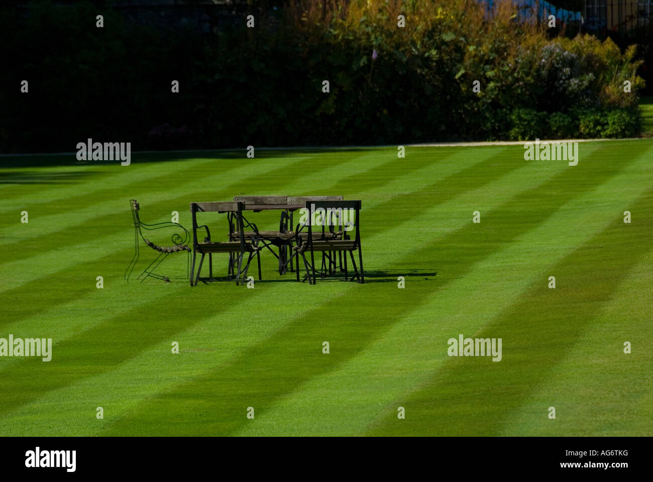 A table and Chairs layed out on a Manicured College Lawn in the University City of Oxford England - Stock Image