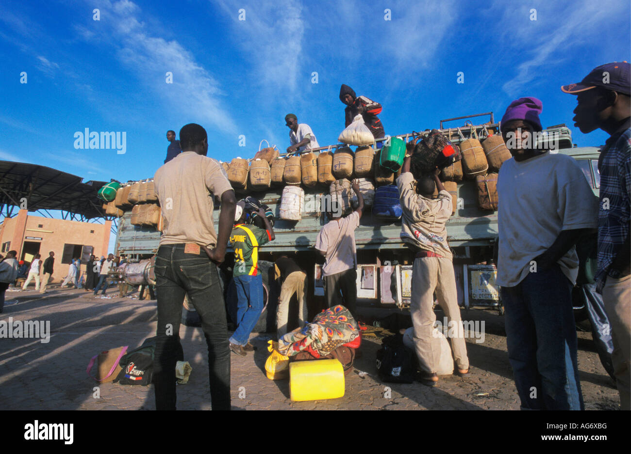 Niger Agadez Young African men joining truck which will bring them to Libya to look for work - Stock Image
