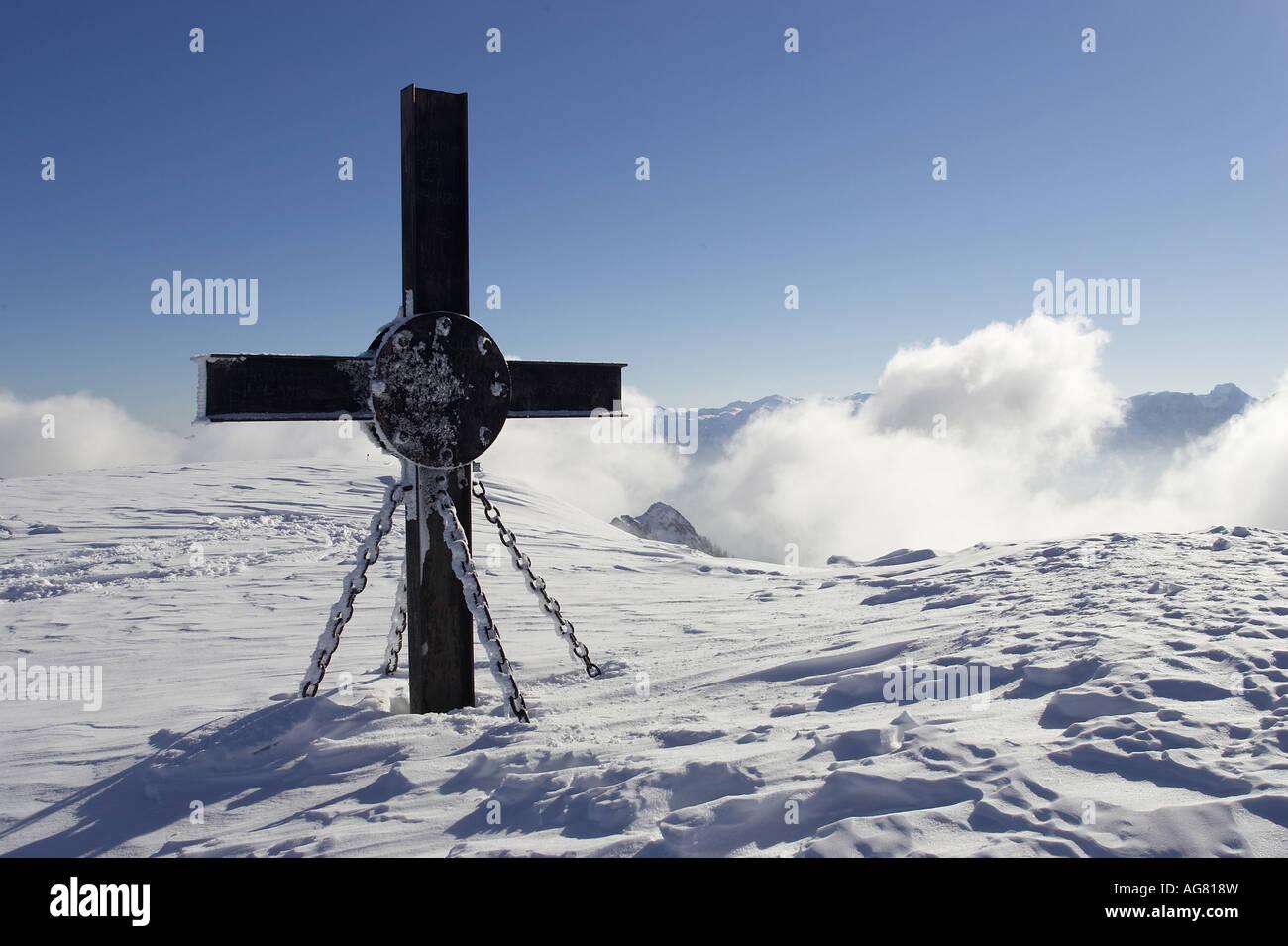 cross on the summit of the hochkar mountain Austria Gipfelkreuz am Hochkar im Winter Stock Photo