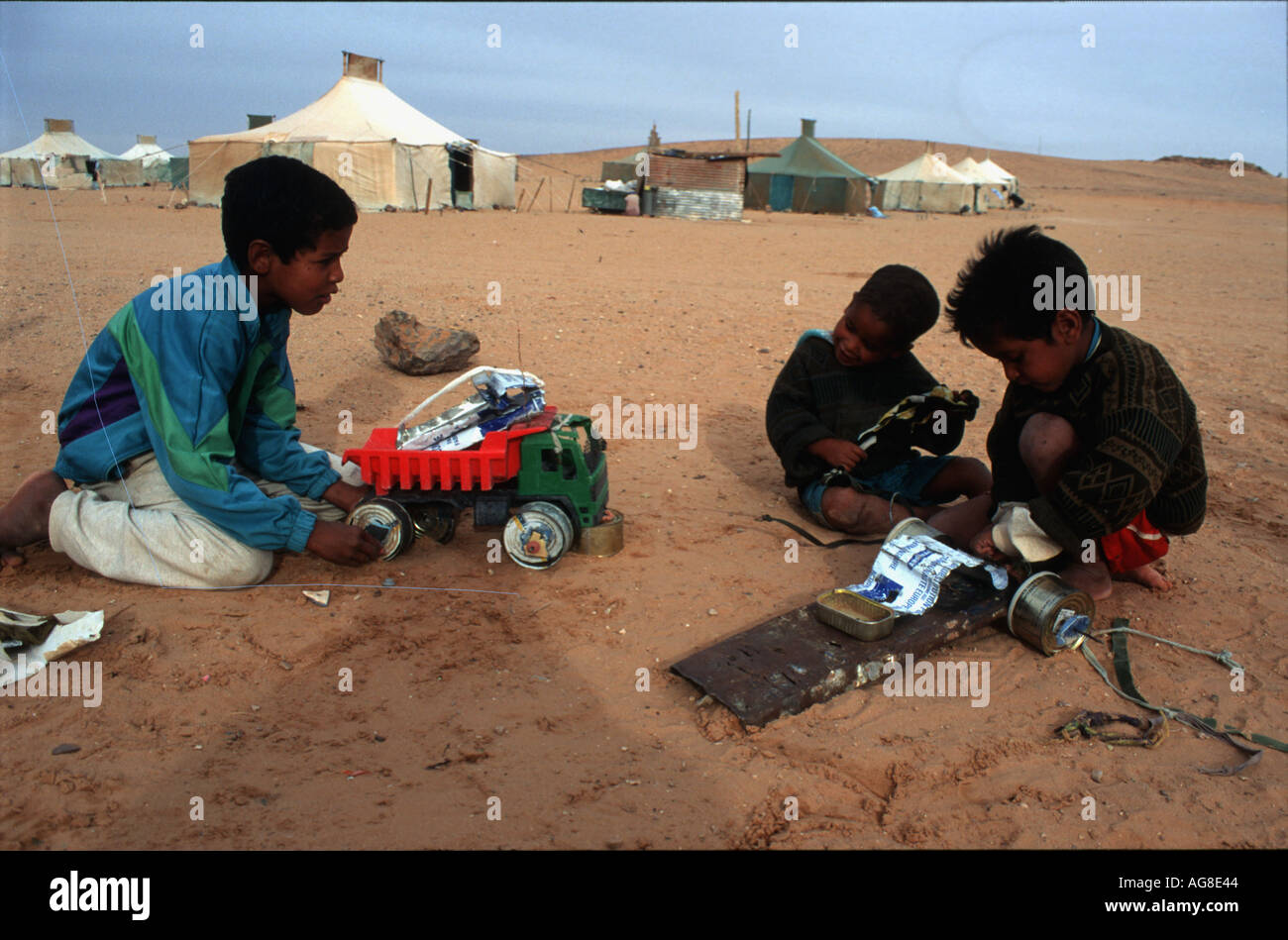 WESTERN SAHARA CHILDREN PLAYING WITH TRUCKS MADE OF RECYCLED METAL IN POLISARIO REFUGEE CAMPS Photo Julio Etchart - Stock Image