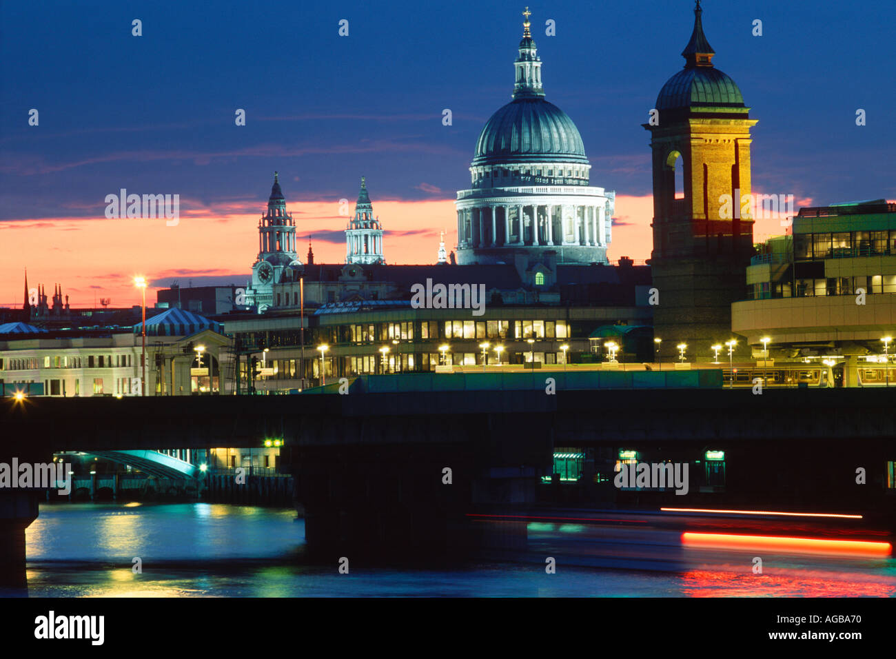 ST PAUL CATHEDRAL AND THAMES RIVER AT NIGHT LONDON - Stock Image
