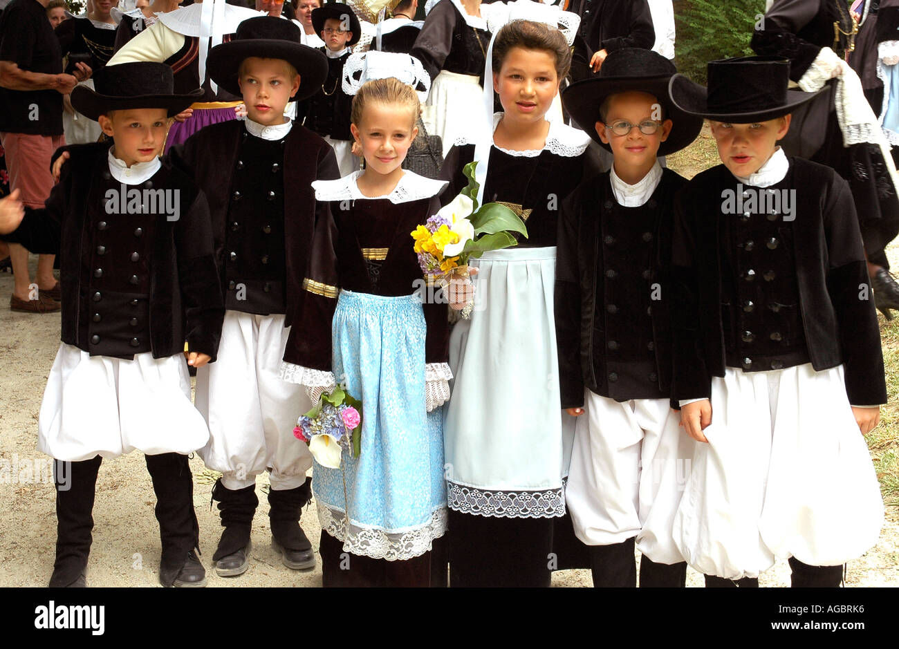 Children wearing traditional Breton costumes in a summer folklore festival in the Breton village of La Forêt-Fouesnant - Stock Image