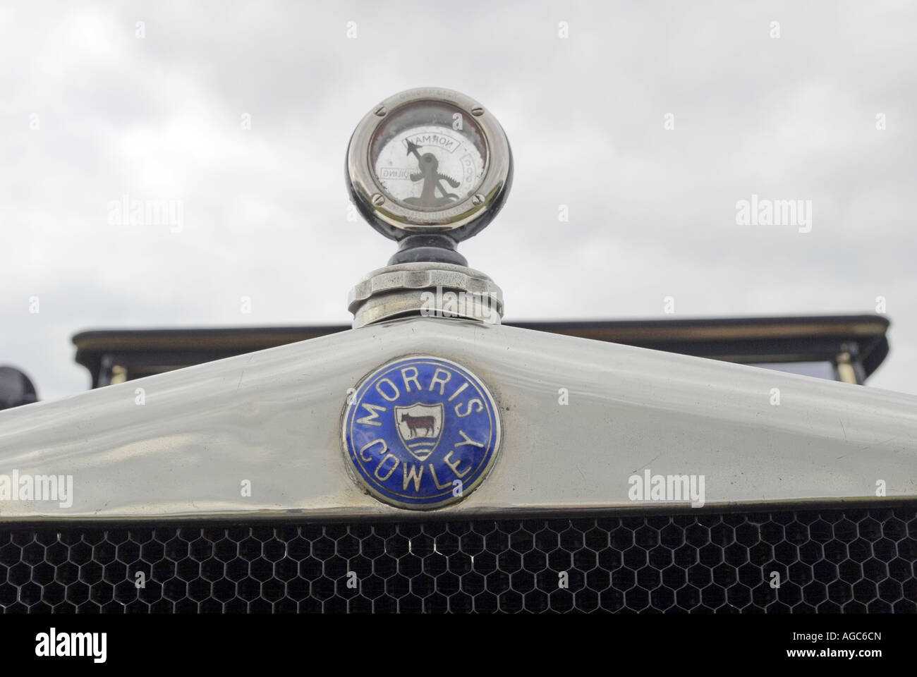 Morris Cowley radiator logo and temperature guage - Stock Image