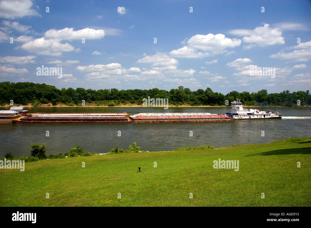 A tugboat and river barge on the Tennessee River at Shiloh, Tennessee. - Stock Image