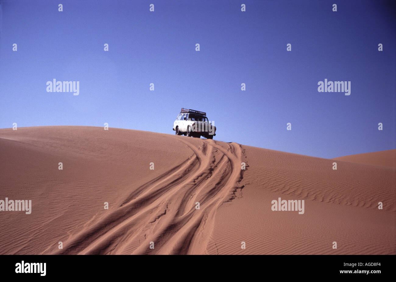 Libya Libyen Desert Sahara Jeep Jeeptour offroad driving dunes fourwheeldrive adventure crossing the desert no street - Stock Image