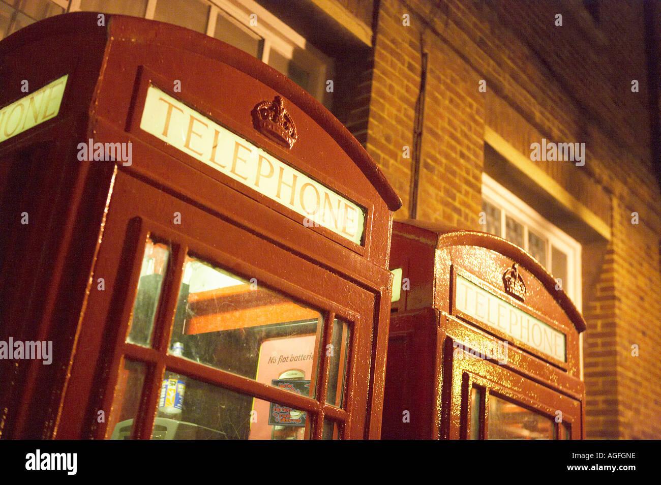 TRADITIONAL RED ENGLISH TELEPHONE KIOSK AT NIGHT CANTERBURY KENT ENGLAND - Stock Image