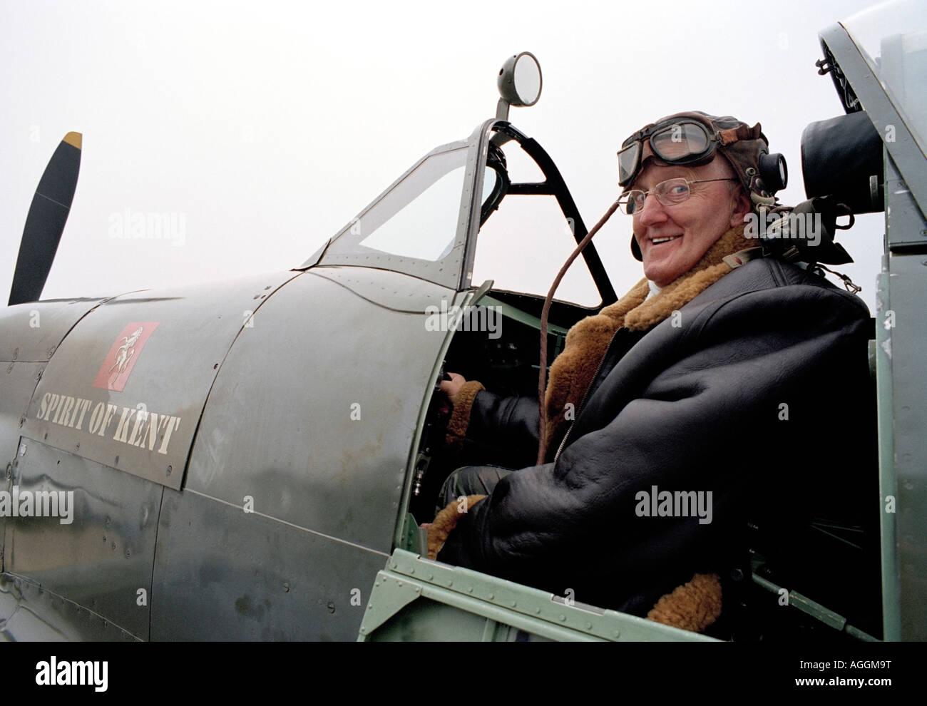 METAL Spitfire Lapel Pin Badge JKB0222 Spitfire RAF Avion Tissé Homme Chaussettes