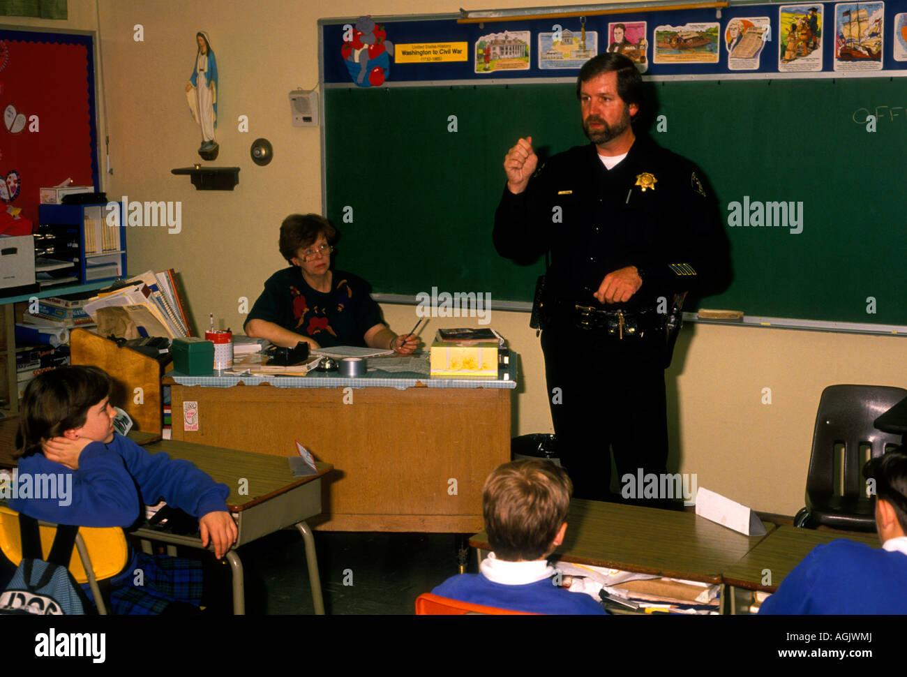 police officer, talking to children, DARE, drug awareness resistance education, drug awareness, Novato, California - Stock Image