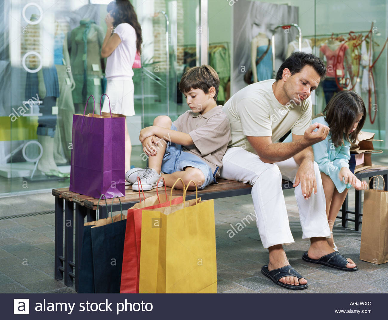 Family waiting for woman shopper - Stock Image