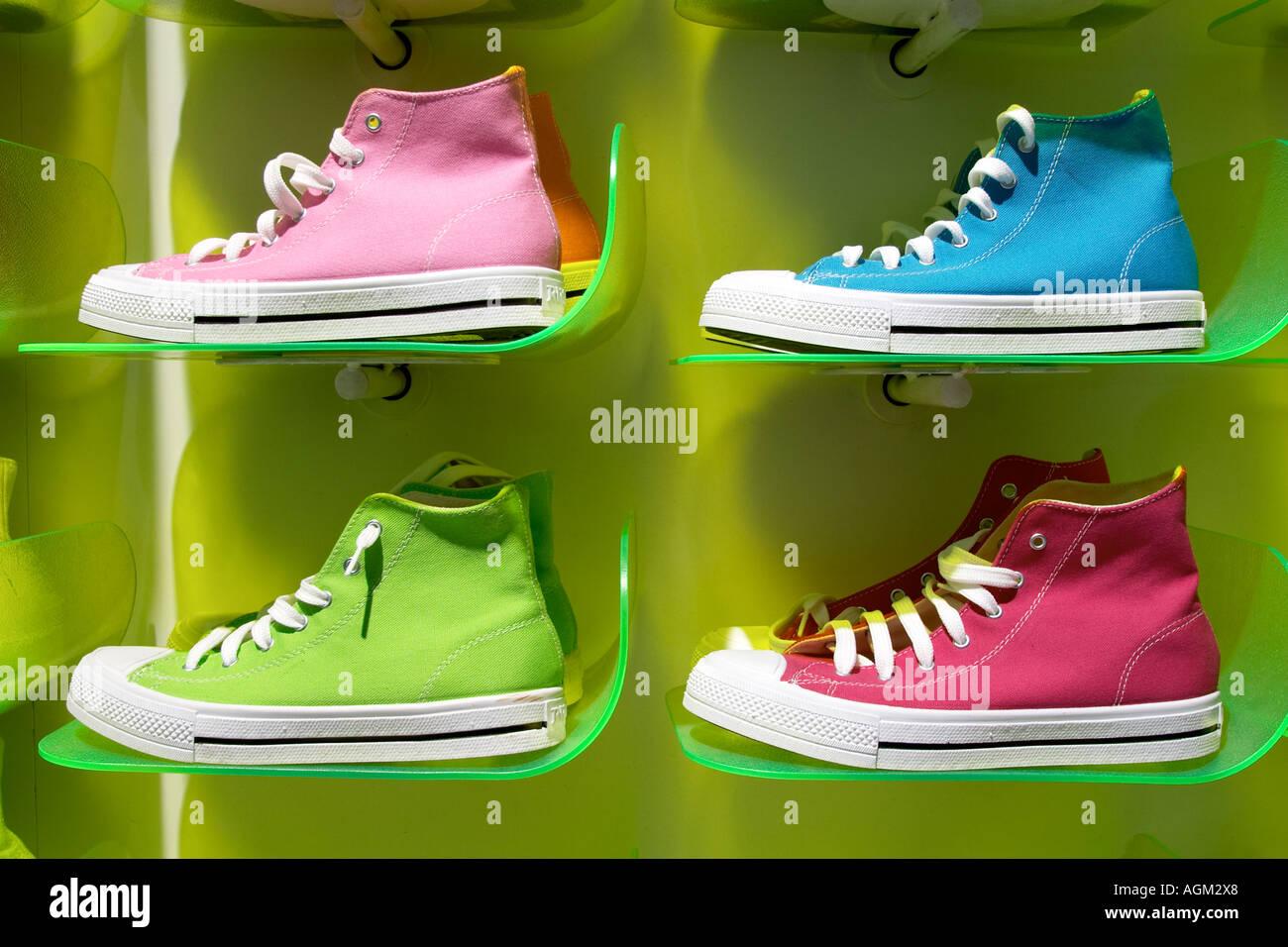 Converse Trainer und Vans Schuhe im Shop anzeigen Stockfoto