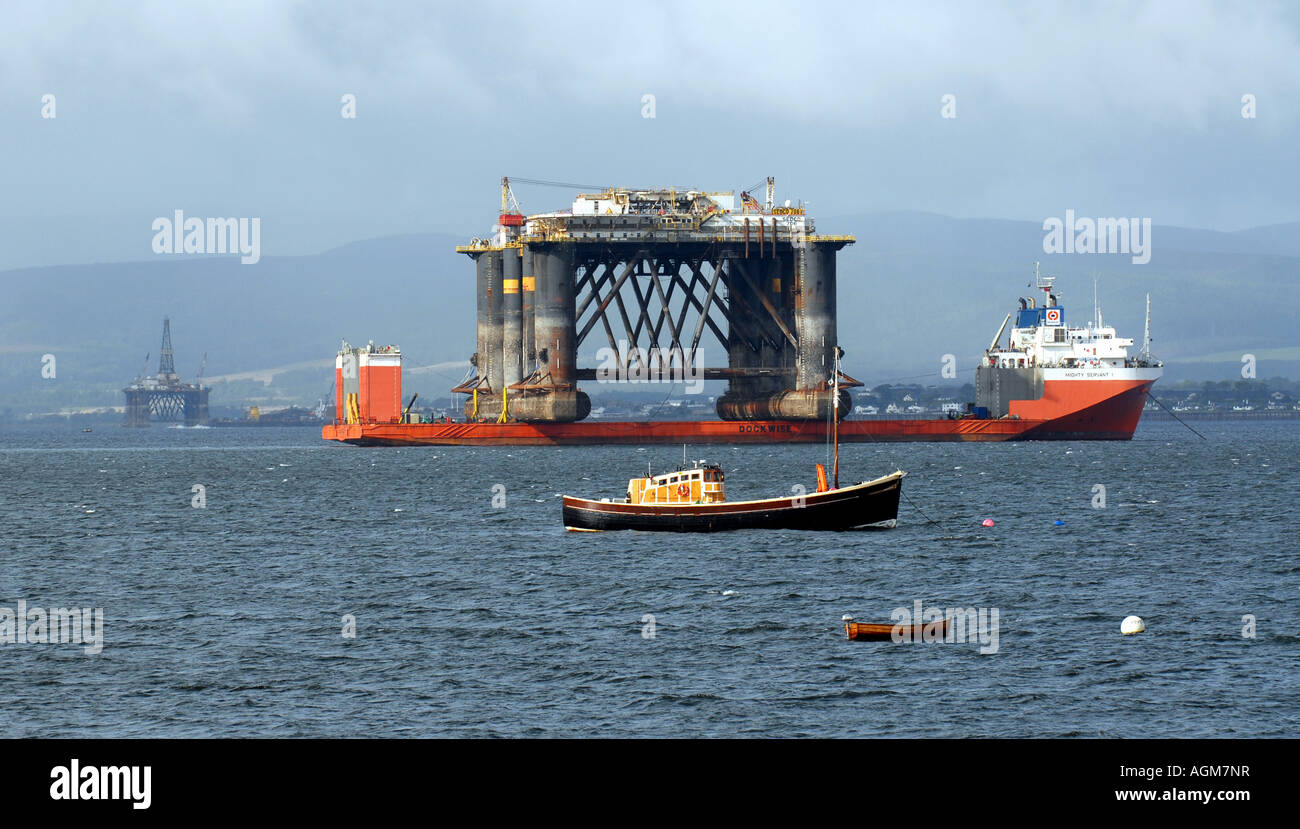 AN OIL DRILLING PLATFORM IS MOVED BY SHIP IN THE MORAY FIRTH NEAR CROMARTY IN NORTH WEST SCOTLAND.UK - Stock Image