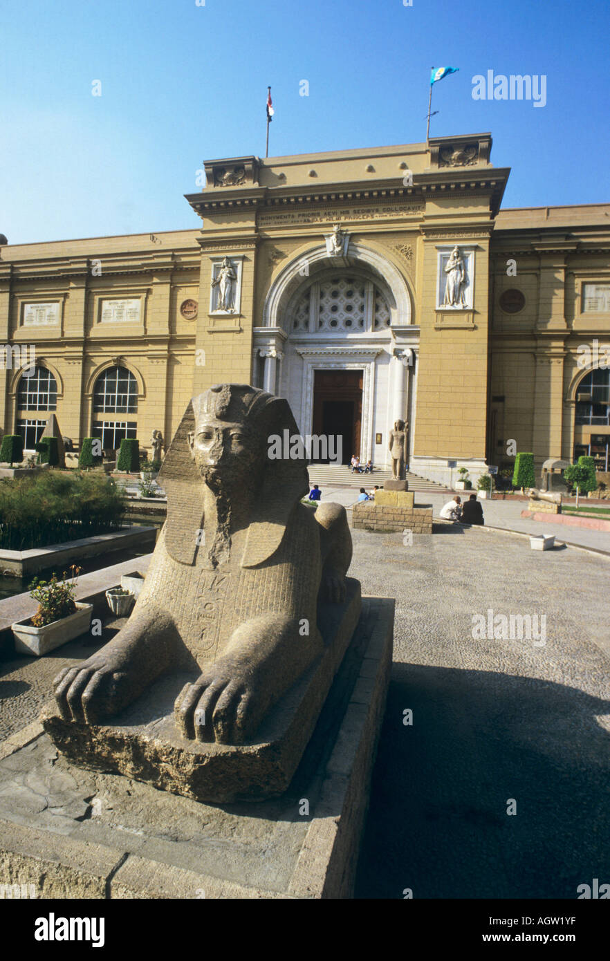 Egypt, entrance to the Cairo Museum, treasure house of European antiquity, inc the mask of Tutankamun, guarded by a sphinx. - Stock Image
