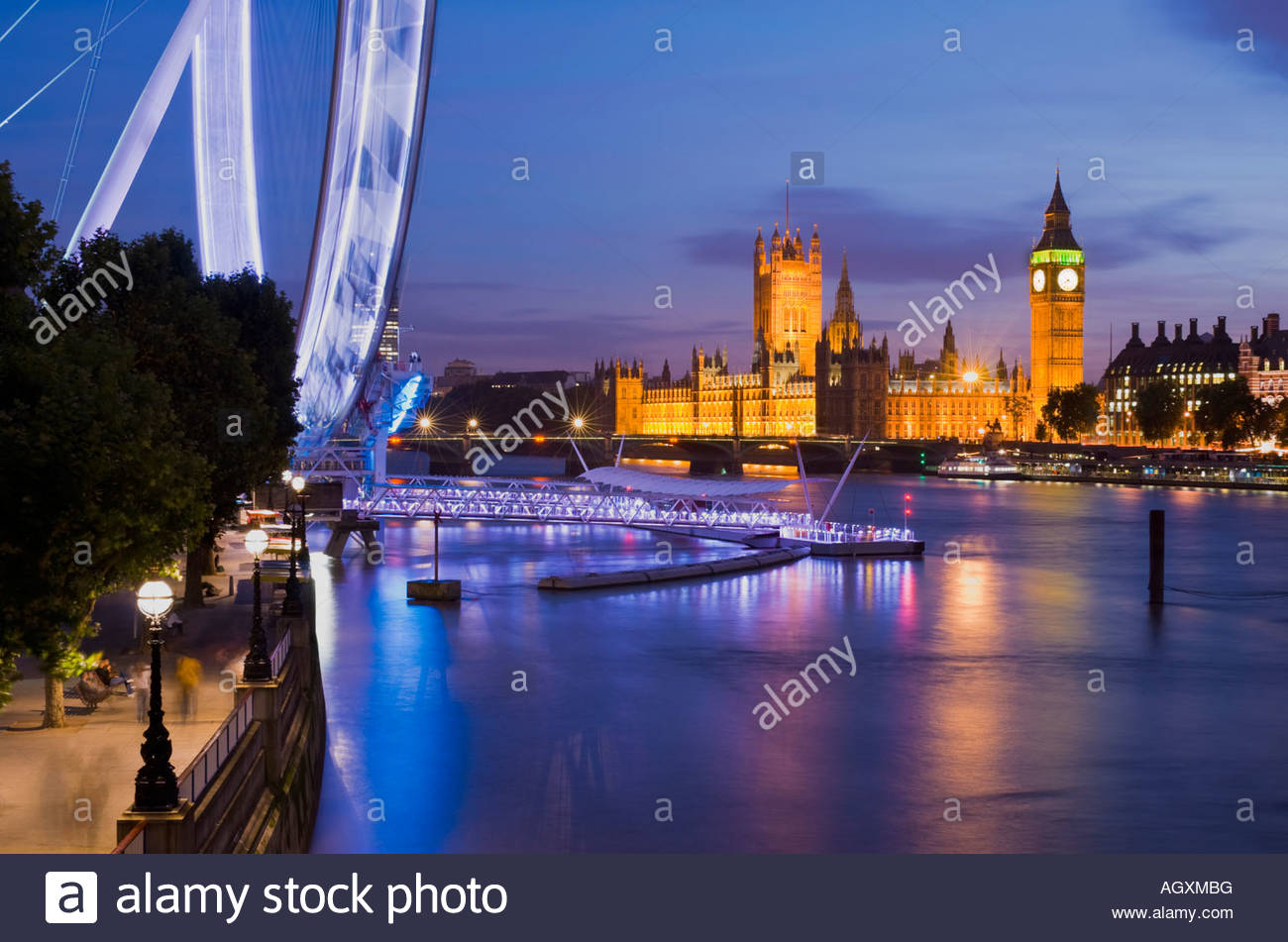 The London Eye and the Houses of Parliament at night, London, England. - Stock Image