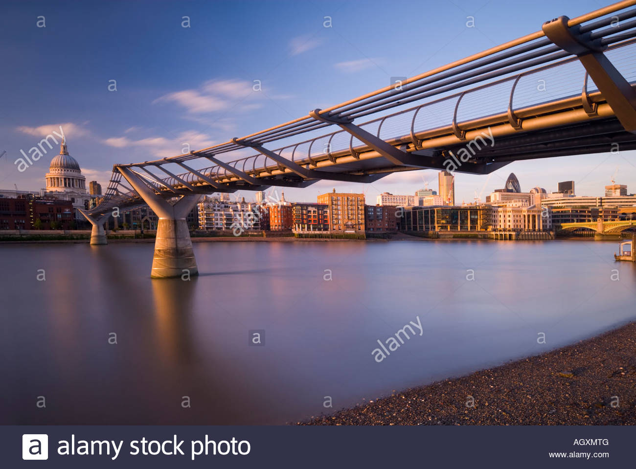 St. Paul's Cathedral and the Millennium bridge over the river Thames, London, England. - Stock Image