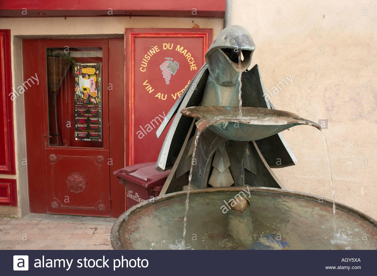 Stylised modern bronze fountain/ sculpture outside the Cuisine de Marche restaurnt, Nimes, Gard, Langedoc-Roussilion, France - Stock Image
