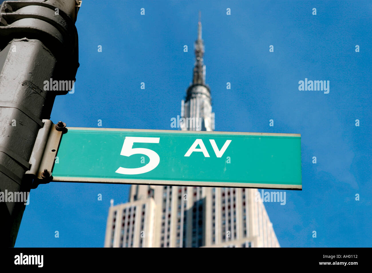 Fifth Avenue street sign with the Empire State Building behind, Manhattan, NYC, New York City, NY, USA - Stock Image