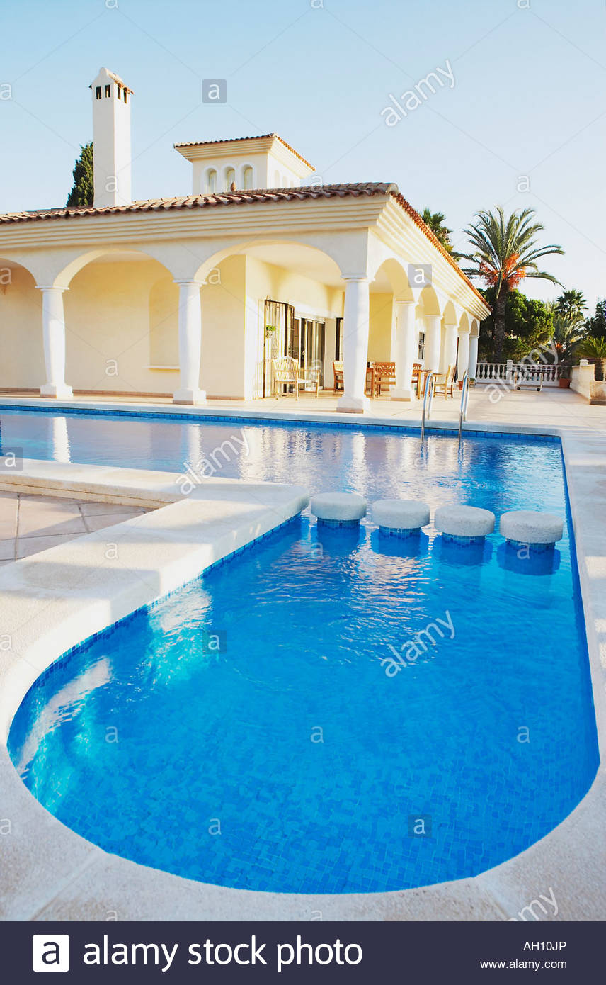 Outdoor pool and building with pillars - Stock Image