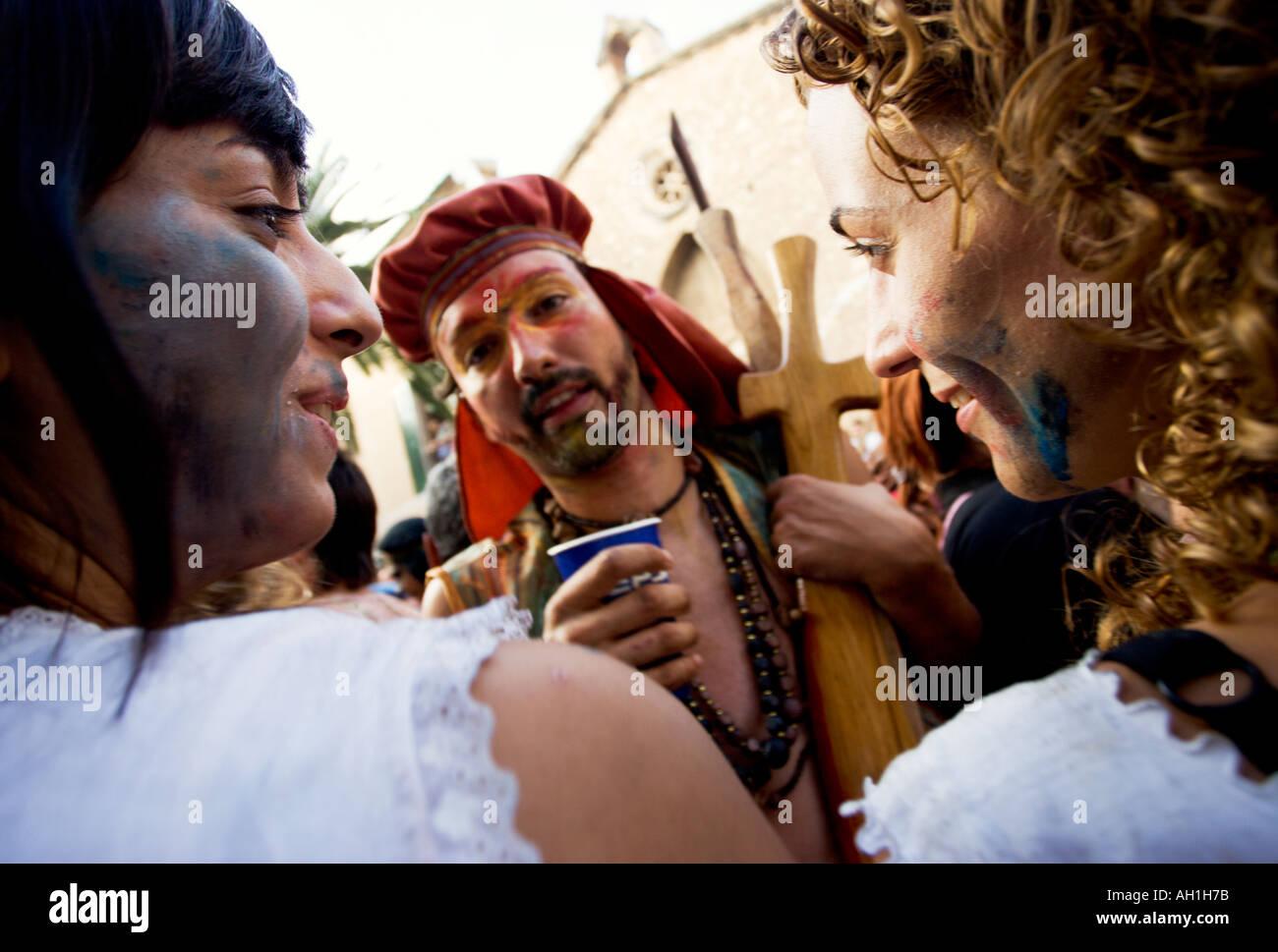 Spanish man serenades two ladies at the Festival of Mare de Deu dels Angels in Pollenca Mallorca Spain - Stock Image