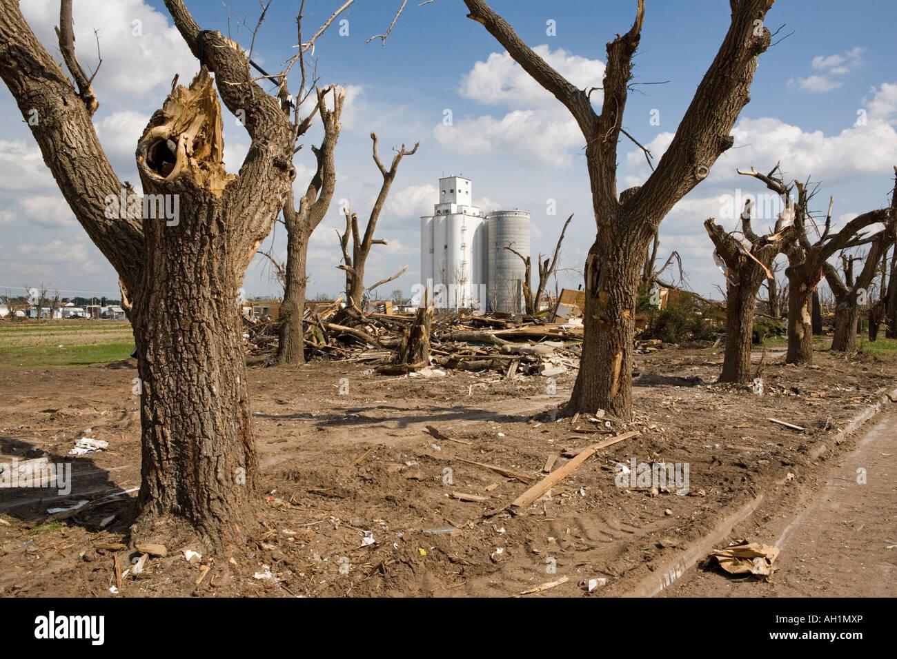 tornado-damage-in-greensburg-kansas-afte