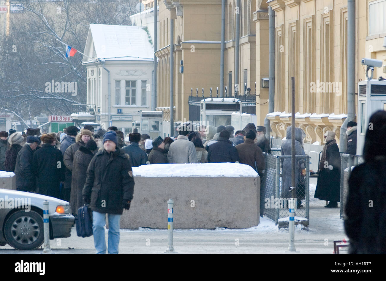 Prospective emigrants line up outside the American Embassy in Moscow in the hope of gaining an entrance visa into the USA - Stock Image