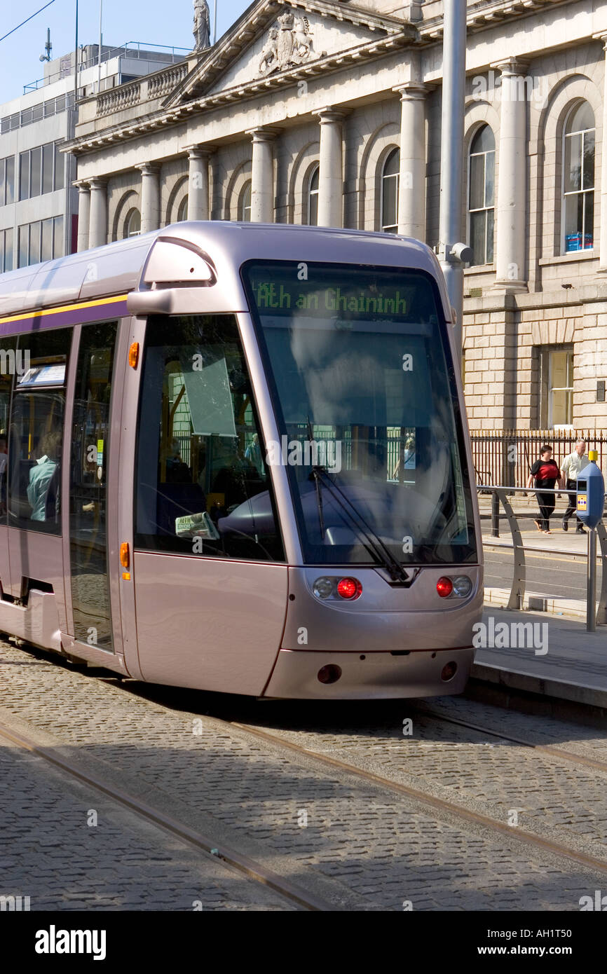 LUAS Citadis 301A Tram in front of the GPO site of the Easter Uprising 1916 - Stock Image