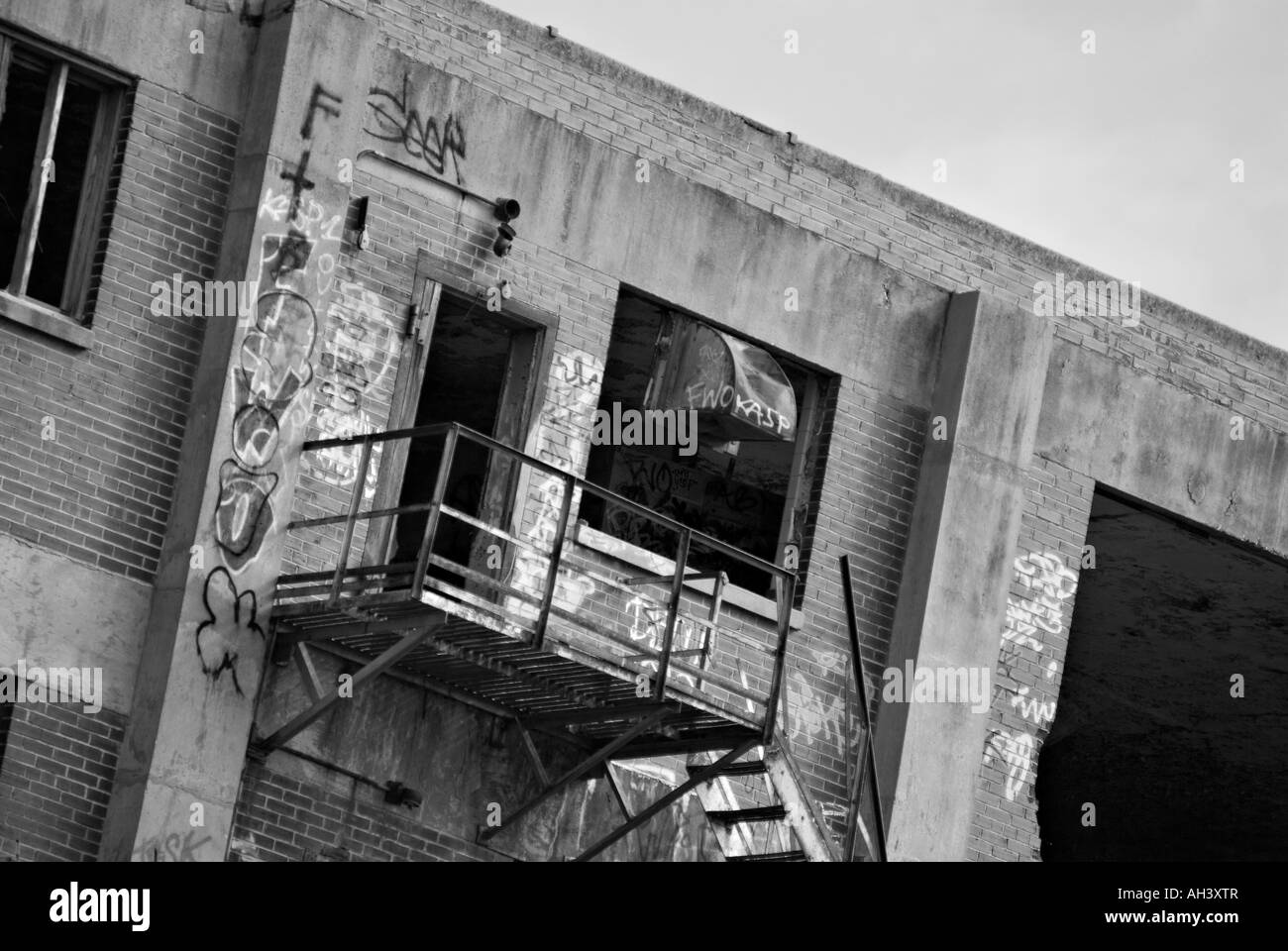 old abandoned building with graffiti in Fort Worth Texas black and white version - Stock Image