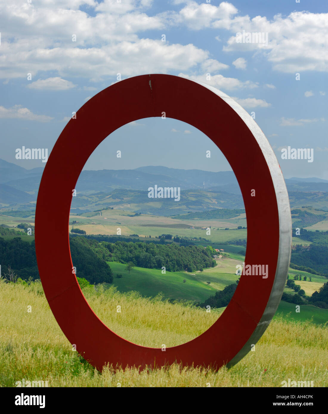 Big red O sculpture in Tuscan countryside with view of Elsa Valley Italy - Stock Image