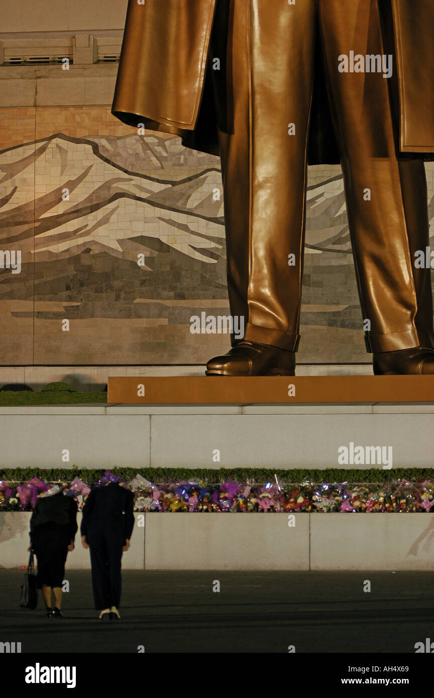 Women in North Korea (DPRK) bowing to statue of Kim Il Sung - Stock Image
