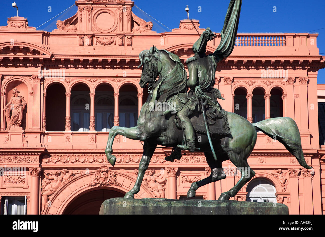 "Manuel belgrano Monument at ""Pink House"" (National Government presidential Palace). Plaza de Mayo, Buenos Aires, - Stock Image"