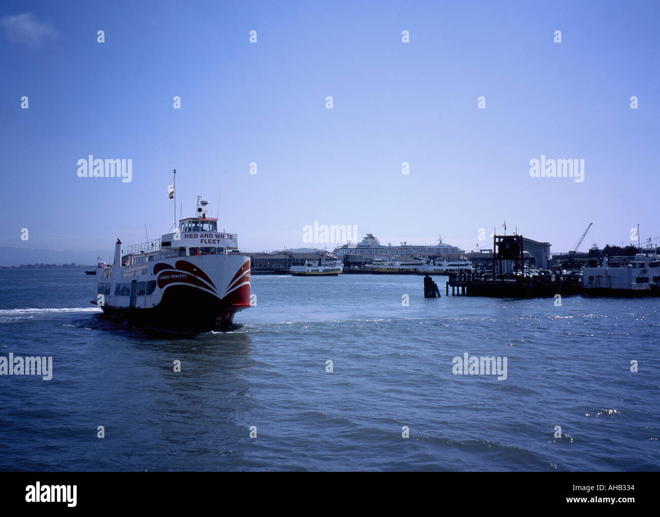 A Red and White Fleet ferry sails into Fisherman s Wharf San Francisco - Stock Image