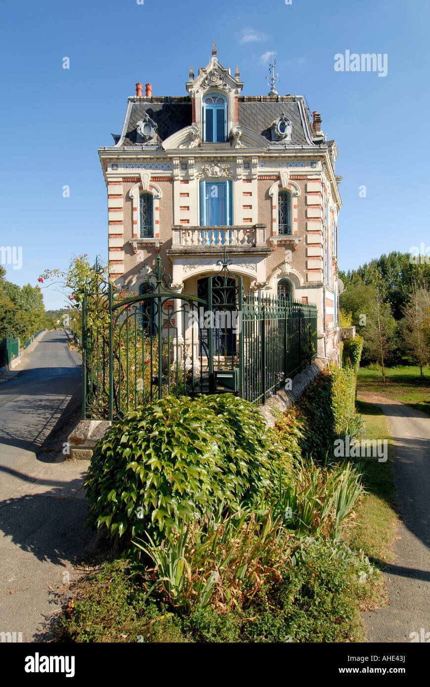 Narrow frontage of riverside villa, Vicq-sur-Gartempe, Vienne, France. - Stock Image