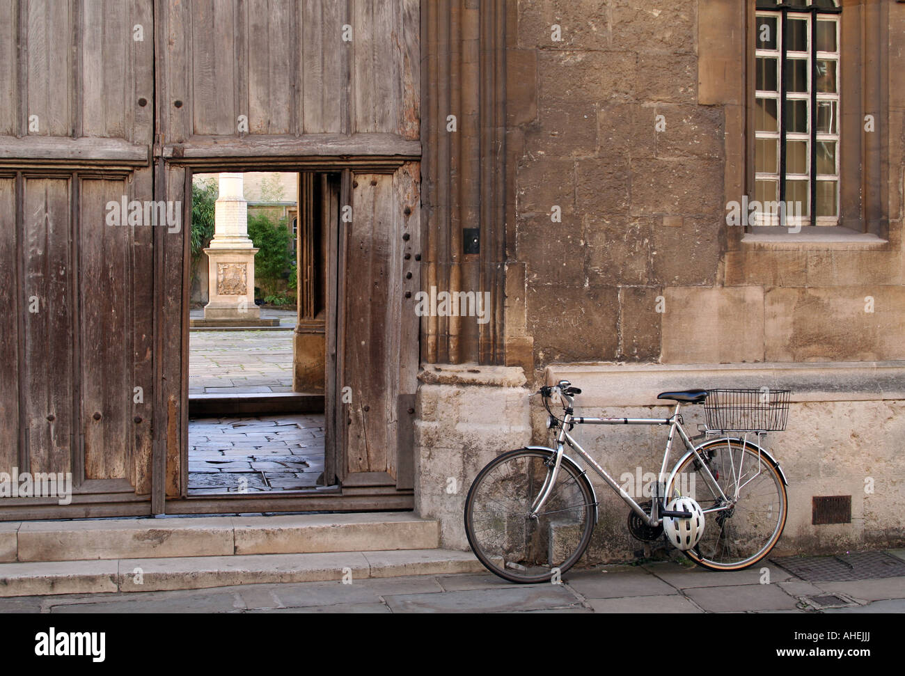 Bicycle parked outside Corpus Christi College, Oxford University, with view into Front Quad - Stock Image