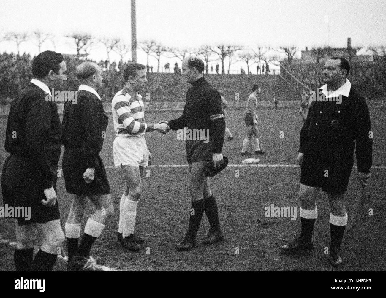 football, DFB Cup, eighth final, 1964/1965, Wedau Stadium in Duisburg, Meidericher SV versus Eintracht Brunswick 0:1, referee Franz Heumann aus Ansbach (2.f.l.) and assistants, team leader Werner Kraemer (Duisburg, 3.f.l.) and keeper Hans Jaecker (Braunsc - Stock Image