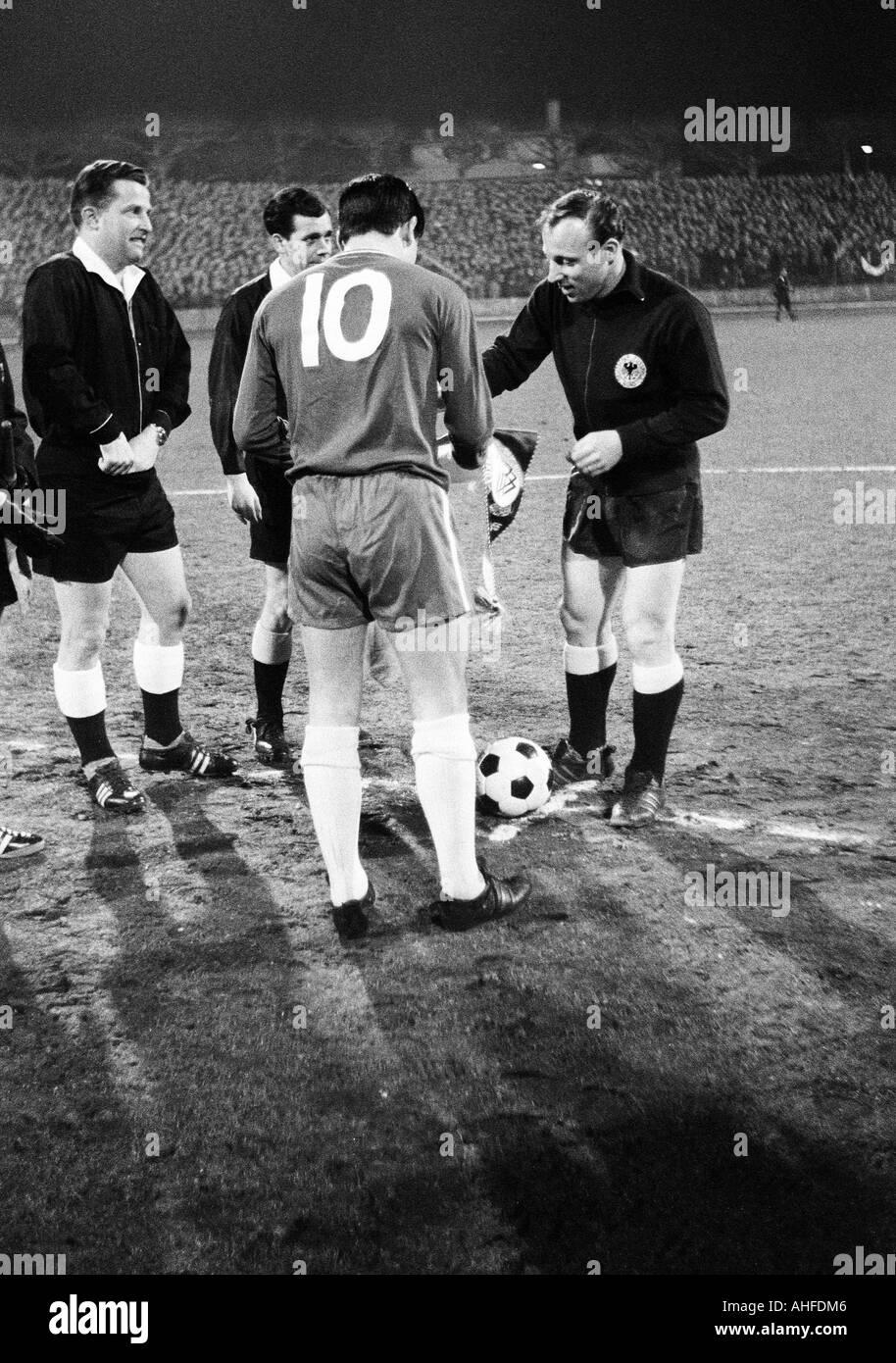 football, international match, 1965, Wedau Stadium in Duisburg, Germany versus FC Chelsea London 0:1, referee Gerhard Schulenburg from Hamburg and assistants, team leader ___ (Chelsea, No. 10) and Uwe Seeler (Germany, right) - Stock Image