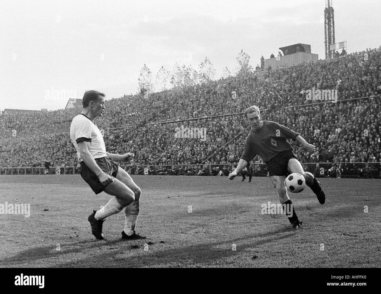 football, Bundesliga, 1965/1966, Borussia Moenchengladbach versus FC Bayern Munich 1:2, Boekelberg Stadium, scene of the match, left Werner Olk (Munich), right Bernd Rupp (MG) - Stock Image