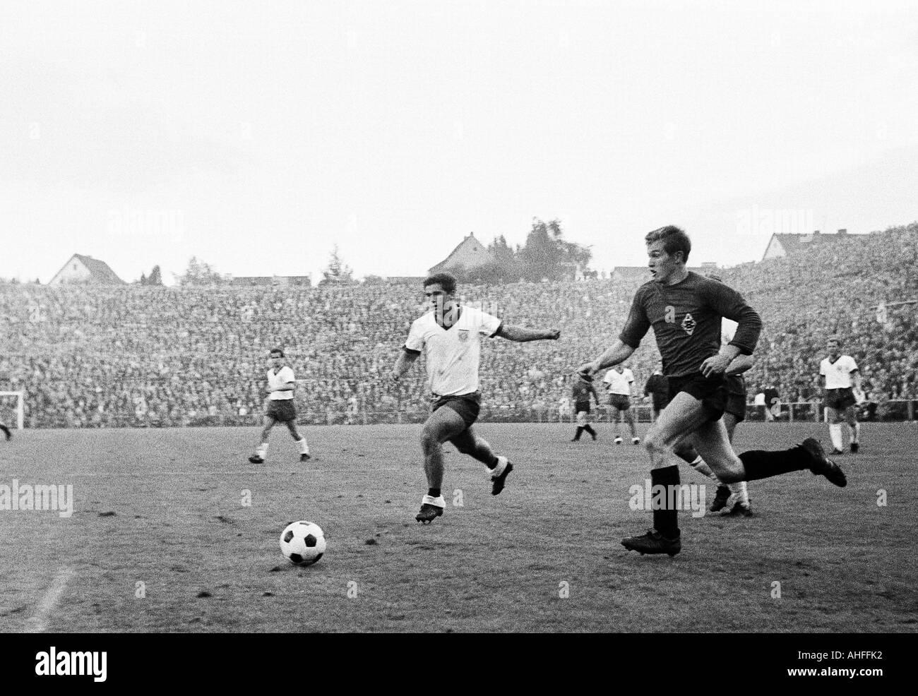 football, Bundesliga, 1965/1966, Borussia Moenchengladbach versus FC Bayern Munich 1:2, Boekelberg Stadium, scene of the match, Gerd Mueller (Munich, left) and Jupp Heynckes (MG) - Stock Image