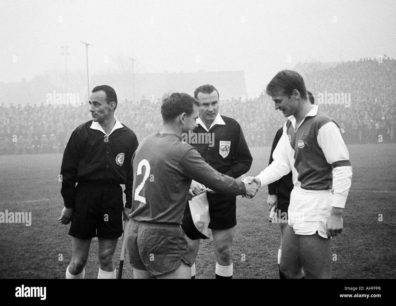 football, Bundesliga, 1965/1966, Boekelberg Stadium, Borussia Moenchengladbach versus 1. FC Cologne 2:3, team captains Albert Jansen (MG, links) and Karl Heinz Thielen (Koeln) welcoming, behind referee Kurt Tschenscher from Mannheim, left an assistant - Stock Image
