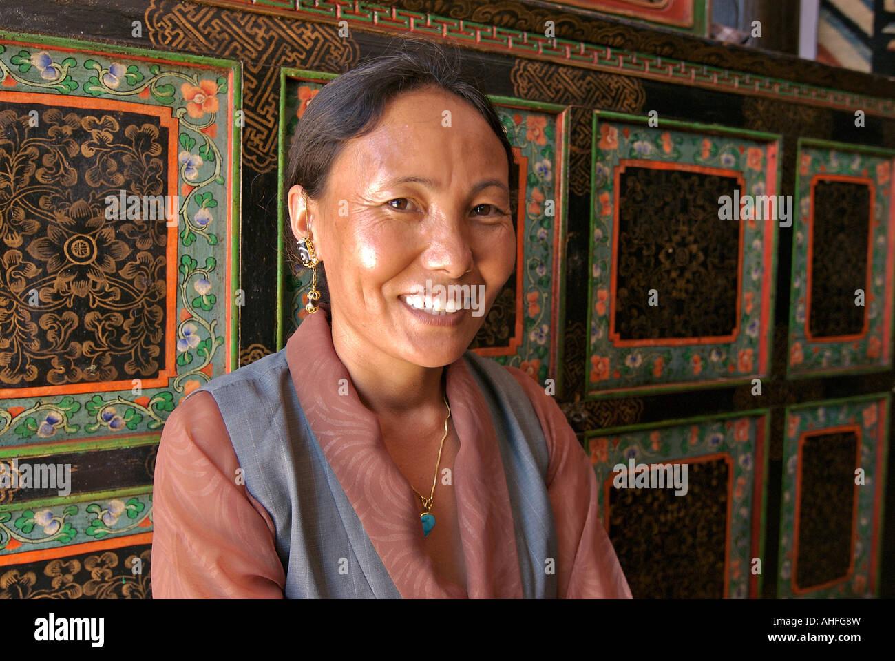 Portrait of a Tibetan woman in her shop at Bodhnath Kathmandu Nepal - Stock Image