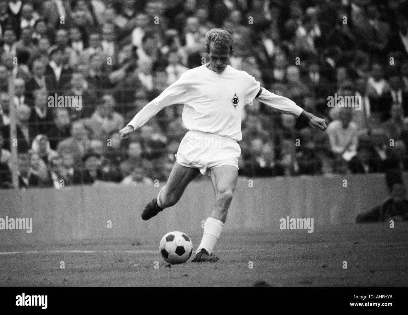 football, Bundesliga, 1966/1967, Stadium at the Gruenwalder Street, FC Bayern Munich versus Borussia Moenchengladbach 4:3, scene of the match, Rudolf Poeggeler (MG) in ball possession - Stock Image