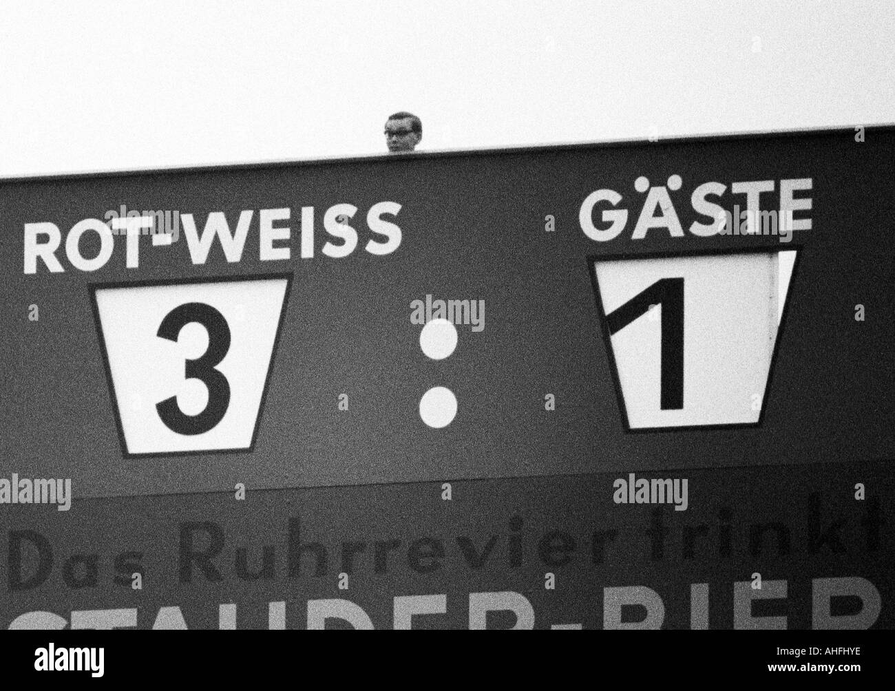 football, Bundesliga, 1966/1967, Stadium at the Hafenstrasse in Essen, Rot-Weiss Essen versus FC Bayern Munich 3:1, scoreboard showing the final result, above the head of the person who runs the display of results - Stock Image