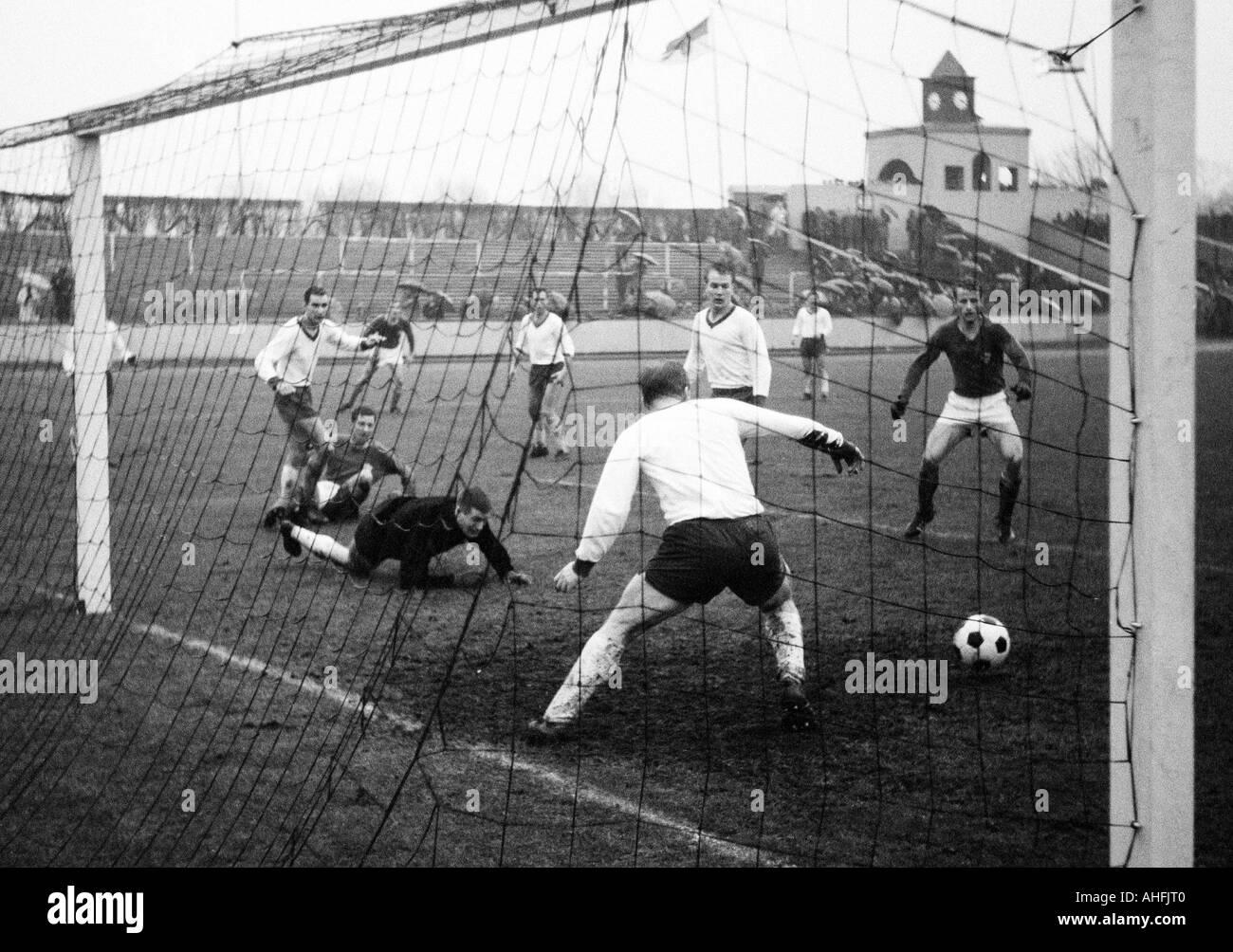 football, Regionalliga West, 1966/1967, Rot-Weiss Oberhausen versus VfL Bochum 4:4, Niederrhein Stadium in Oberhausen, scene of the match, the Oberhausen players (white tricot) f.l.t.r. Dieter Hentschel, Friedhelm Kobluhn, Albert Eichholz, Lothar Kobluhn - Stock Image