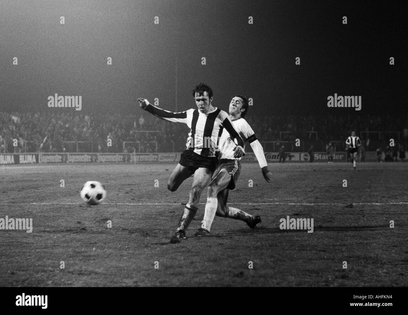 football, Bundesliga, 1971/1972, Rot-Weiss Oberhausen versus 1. FC Kaiserslautern 2:5, Niederrhein Stadium in Oberhausen, scene of the match, duel between Wolfgang Seel (FCK) left and Werner Ohm (RWO) - Stock Image
