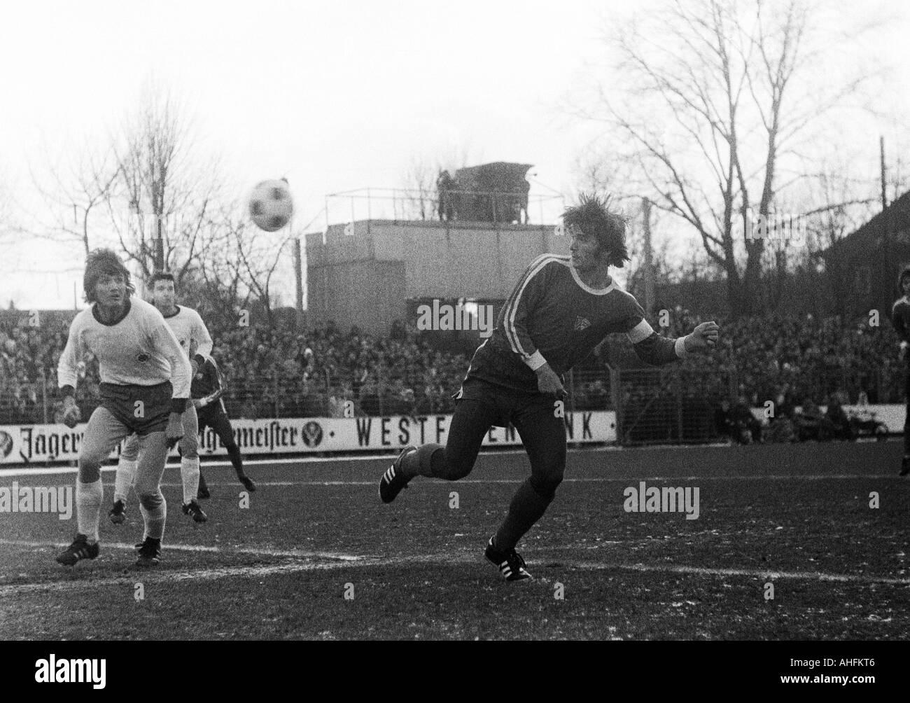 football, Bundesliga, 1971/1972, VfL Bochum versus Rot-Weiss Oberhausen 2:0, Stadium at the Castroper Strasse in Bochum, scene of the match, f.l.t.r. Gerd Woermer (RWO), Ludwig Denz (RWO), Hans Walitza (Bochum) - Stock Image