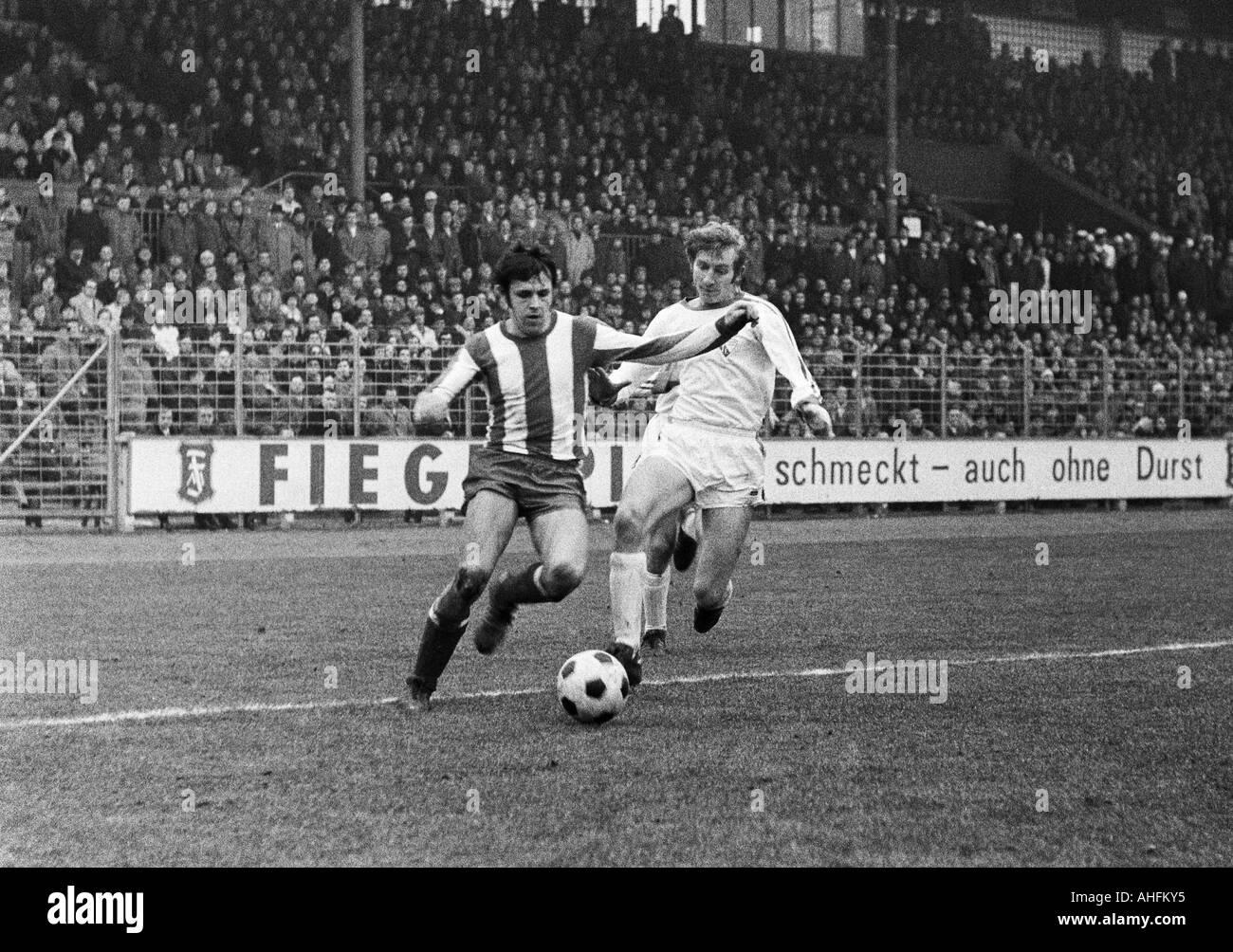 football, Bundesliga, 1971/1972, VfL Bochum versus 1. FC Kaiserslautern 4:2, Stadium at the Castroper Strasse in Bochum, scene of the match, duel between Wolfgang Seel (FCK) left and Manfred Ruesing (Bochum) - Stock Image